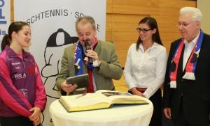 von links: TT-Europameisterin Sabine Winter, Bürgermeister Peter Kloo, Taekwondo-Vize-Weltmeisterin Raffaella Delli Santi und SV-DJK-Vorstandssprecher Gerhard Duschl