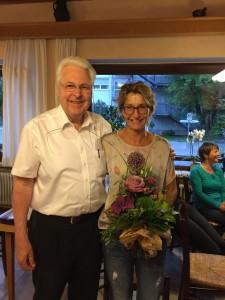 Vorstandssprecher Gerhard Duschl dankt der scheidenden Marion Krattenmacher für Ihre engagierte und vorbildliche Arbeit im Verein