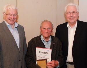 Fred mit Gerhard Duschl und Dr. Hans Kellermann bei seiner Ehrung zur 80 jährigen Mitgliedschaft