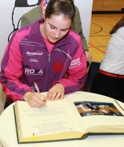 Sabine Winter trägt sich ins Goldene Buch der Stadt Kolbermoor ein