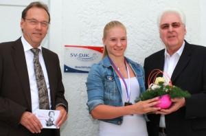 von links:  Günter Lodes Abteilungsleiter Tischtennis, Chantal Mantz,  Gerhard Duschl, Vorstandssprecher SV-DJK Kolbermoor