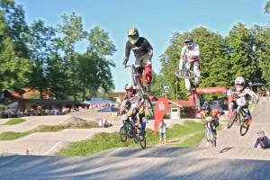Dicht am Hinterrad klebend verfolgte Stefan Heil (02) vom SV-DJK Kolbermoor dem Favoriten Maik Baier (Olympiateilnehmer von 2012)
