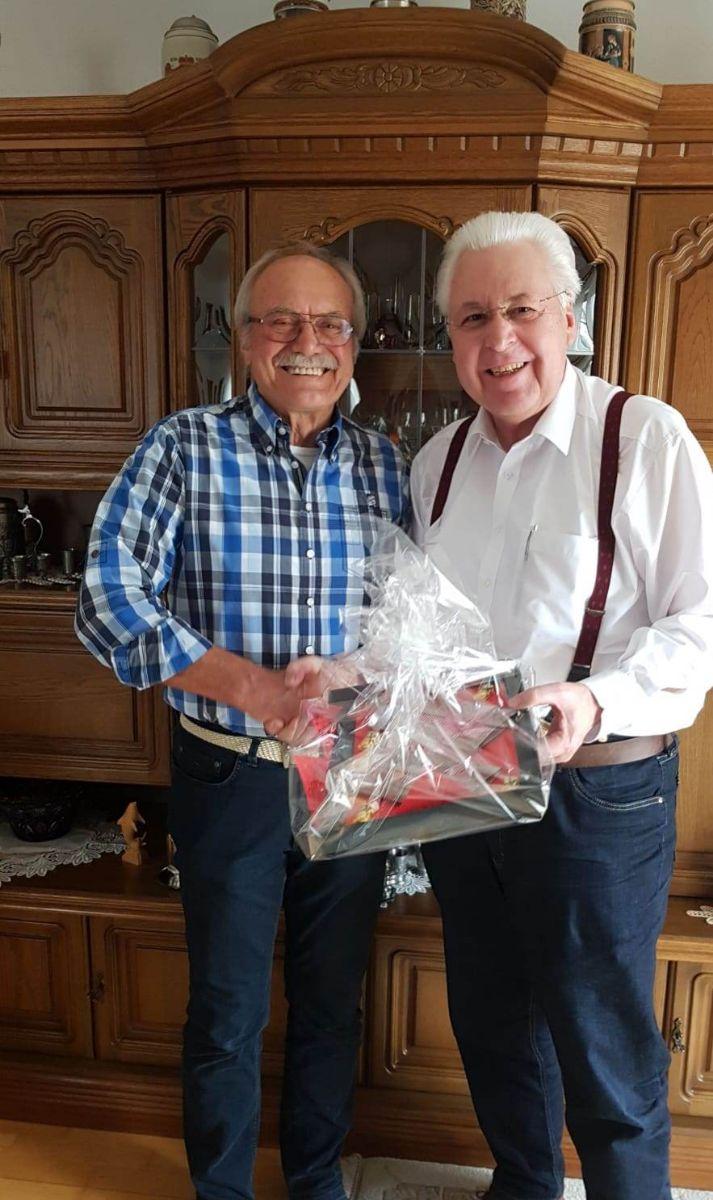 Vorstandssprecher Gerhard Duschl (rechts) gratuliert Ernst Winkler zum Geburtstag und dankt ihm für sein jahrelanges Engagement im Verein